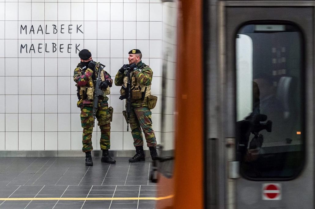 mti.16.04.25. - Brüsszel: Katonák a brüsszeli Maelbeek metróállomáson 2016. április 25-én. Ezen a napon újranyitották a belga főváros Maelbeek metróállomását, ahol március 22-én egy öngyilkos merénylő felrobbantotta a nála lévő robbanószerkezetet, és ezze