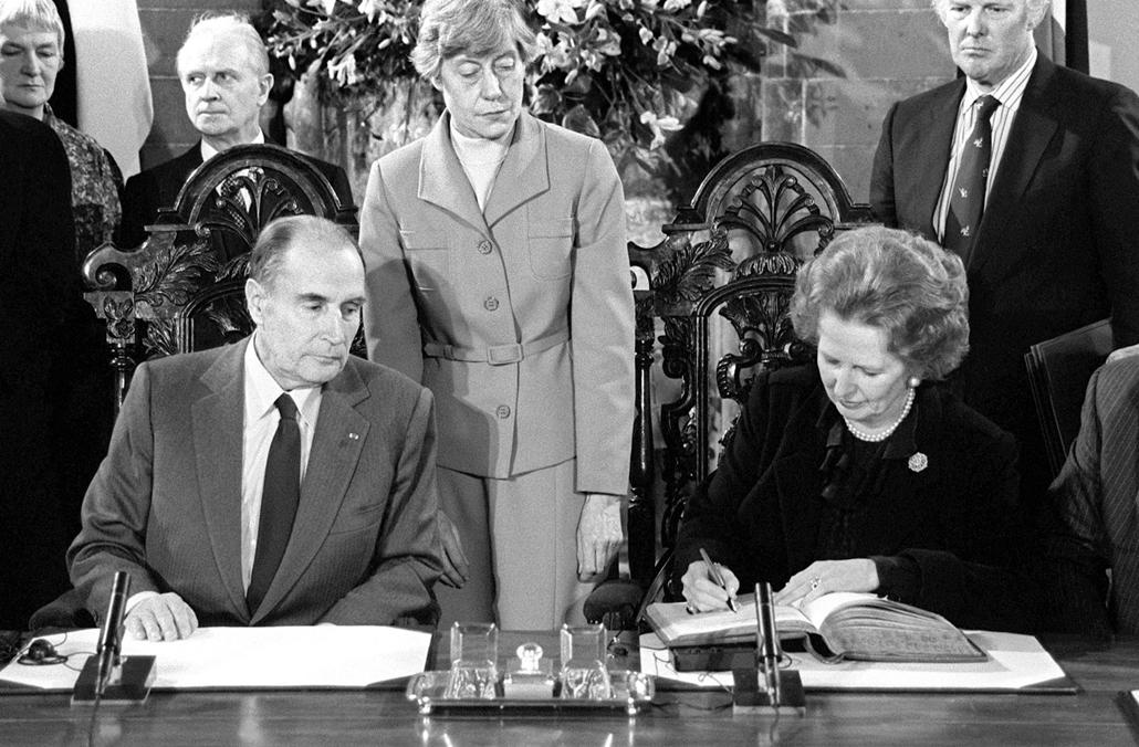 1986. február 12. - Francois Mitterrand francia elnök és Margaret Thatcher a Canterbury szerződés aláírásakor, melybe a La Manche-csatornna alá épülő csalagút megépítését foglalták. - Margaret Thatcher