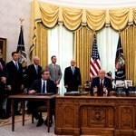A Nobel-békedíjra hajtó Trumpnak szervezték a szerb-koszovói alkut