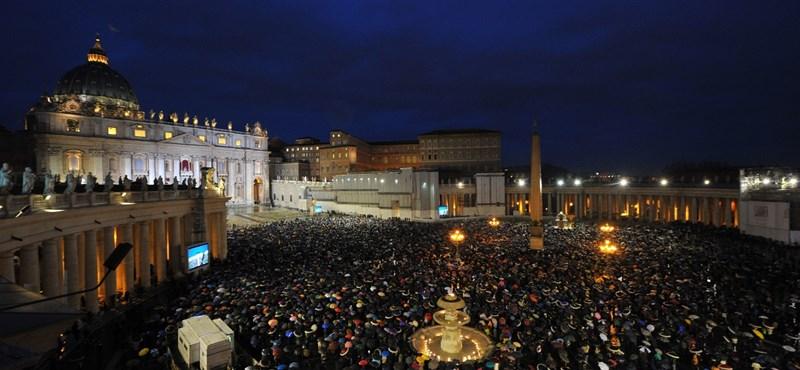 Fratelli e sorelle, buona sera - olaszul köszöntötte híveit az új pápa