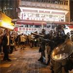 Nem csillapodnak a kedélyek Hongkongban, most az USA konzulátusához vonultak a tüntetők