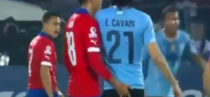 Megválhat a klubja a Cavanit fenékbe ujjazó chilei focistától