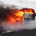 Fotó: Így lángolt a busz az M7-esen