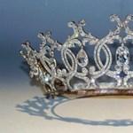 Pillanatok alatt elloptak egy gyémántokkal kirakott, angol tiarát
