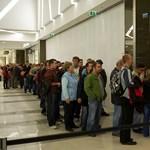 Fotó: reggel hatkor már sorban álltak a Köki Terminál üzleténél