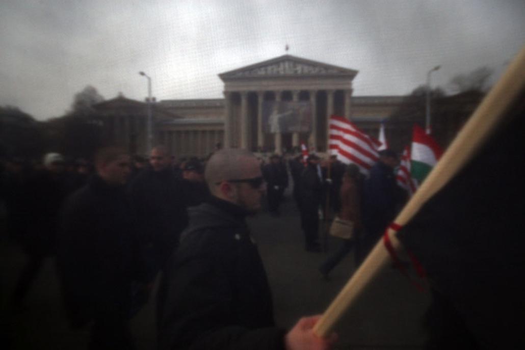 Magyar és német katonák budavári kitörésére emlékeztek a Becsület napja rendezvényen a Hősök terén. A tér túloldalán antirasszista demonstrálók tüntettek a fasiszták ellen.