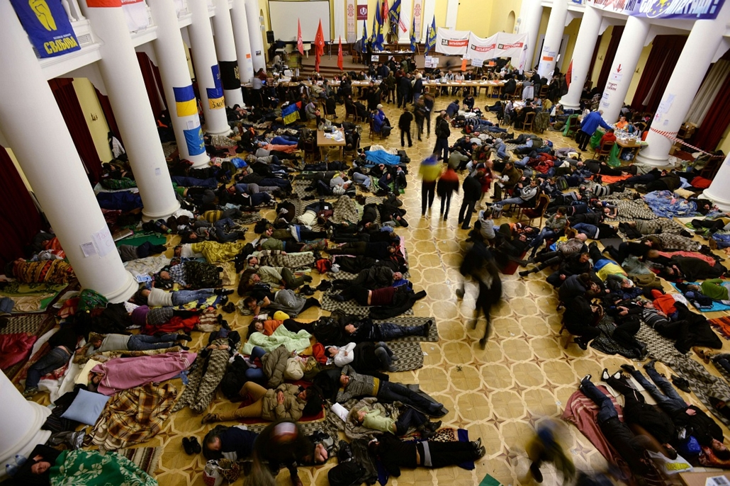 Ukrajna, EU-tüntetés 2013.12.06.Opposition supporters sleep on the floor in the premises of the City Hall, which they occupy, on December 6, 2013. Ukrainian President Viktor Yanukovych was to return to Kiev from a China trip on Friday, to a country embroi