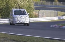 Már egy sima kisbuszt is a Nürburgringen tesztelnek – videó