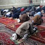 Iránban ismét vannak közös imák, de csak saját imaszőnyeggel lehet belépni a mecsetekbe