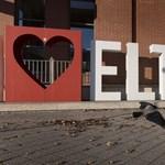 64 embert küld el az ELTE