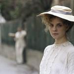 Éjjel-nappal hajtanak a nők a Napszállta kalapszalonjában