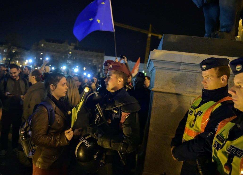 tg.17.04.12. - Hősök vétója - tüntetés a civilek és a CEU ellehetetlenítése ellen - Kossuth tér tüntetés tulipán