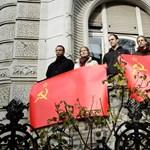 Szovjet zászlót feszítettek ki a Fidesz-székház teraszán