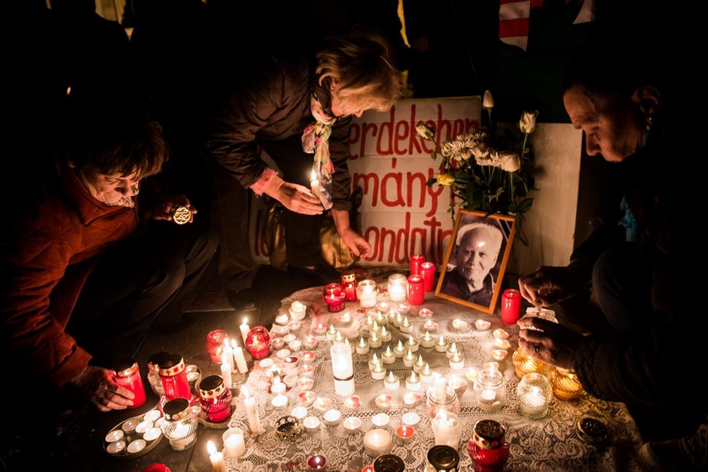 SA, Göncz Árpádra emlékezett Mécs Imre a parlament előtt, 2015.11.06.