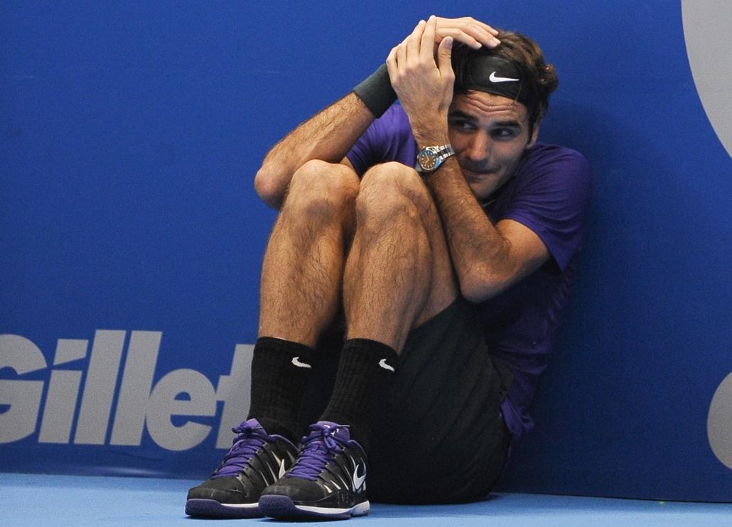 2012. december 8. - Brazília: Roger Federer bujkál ellenfele, a francia Jo-Wilfried Tsonga hatalmas szervái elől egy Sao Pauloban tartott bemutató mérkőzésen. - évsportképei