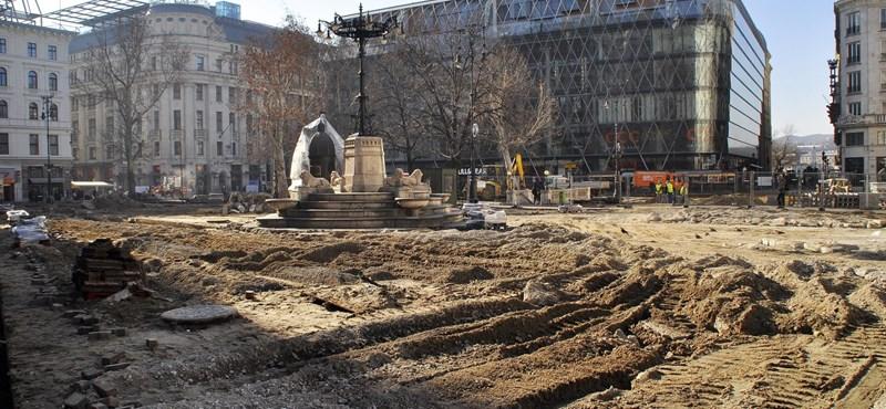 A tetőtér beépítése nem ráépítés, ezért lehet hat új lakást építeni a Vörösmarty térnél