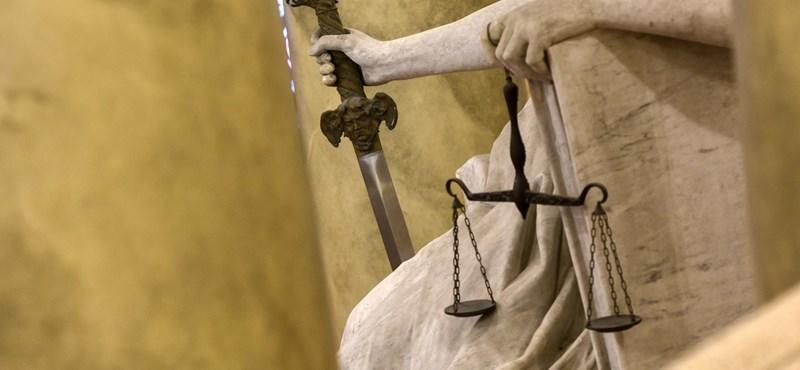 """Az ítélkezés még független, de a bíróságokon már a """"fortélyos félelem"""" igazgat az Amnesty szerint"""