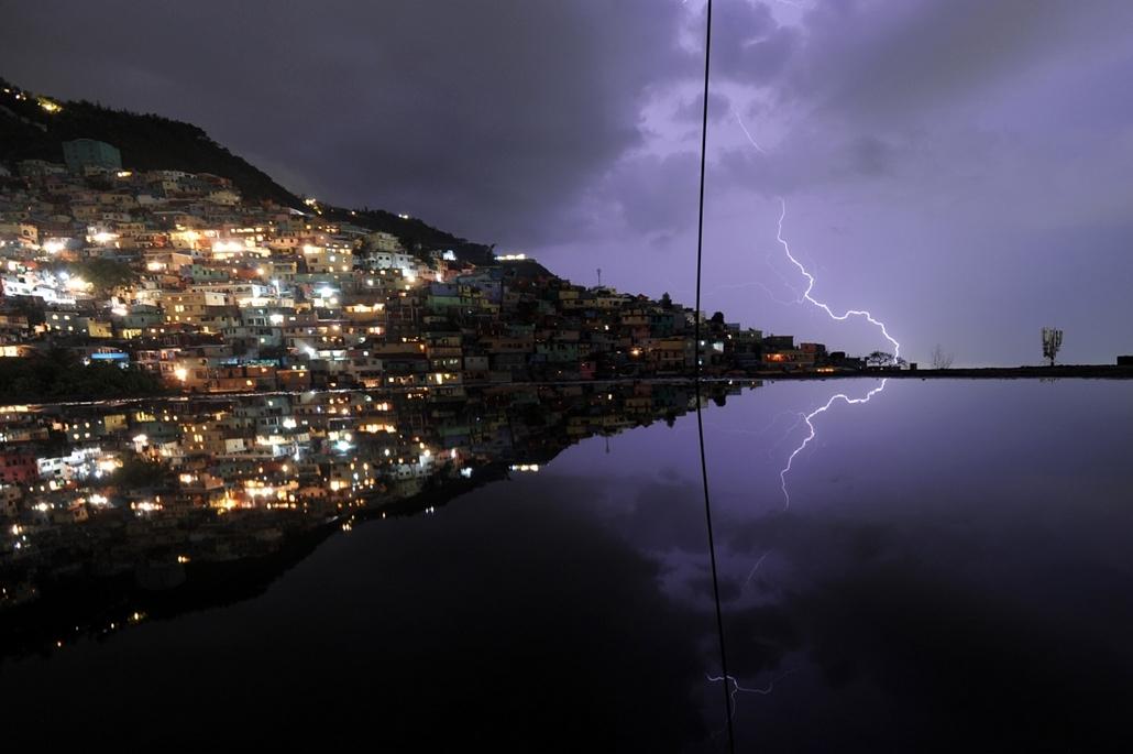 afp.14.05.19. - Port-au-Prince, Haiti: esti vihar a város felett - villám, 7képei