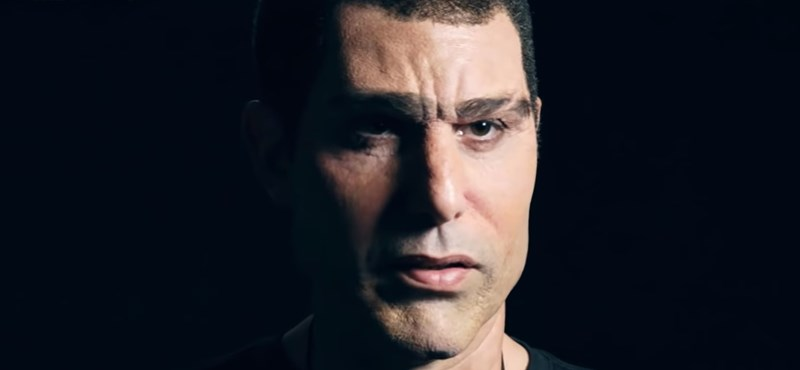 Beperelte Sacha Baron Cohent a politikus, akinél becsipogott a pedofildetektor