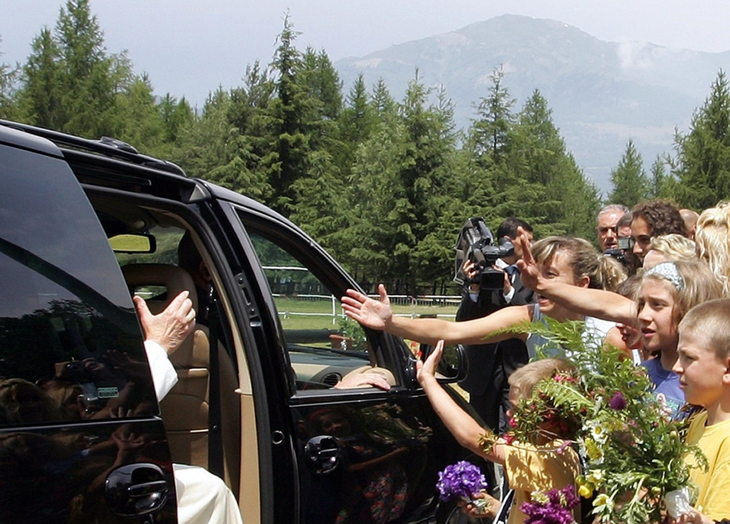 afp.04.07.05. - Les Combes, Olaszország: II. János Pál pápa érkezése kéthetes nyaralásának helyszínére