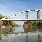 Egyben tolják a helyére az új hidat a Mosoni-Dunán – fotók