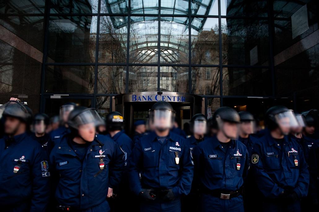 rendőrök a bankcenter előtt