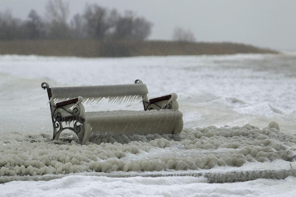 mti.14.12.29. - Balatonfenyves: jeges pad a strandon - 7képei, hóesés, havazás, jegesedés, jég, Balaton, pad