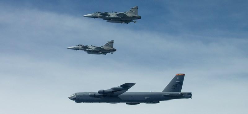Így repült át a B-52-es Magyarország felett - fotók
