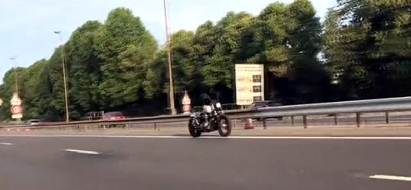 Motoros nélküli motor száguldott Párizsban – trükk, szellem vagy autopilot-teszt?