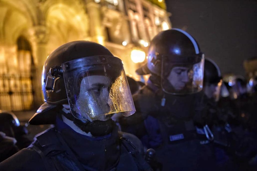 tg. 18.12.14. Tüntetés a rabszolgatörvény ellen  rendőr