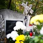 Sírok közé zuhant egy autó a Farkasréti temetőben