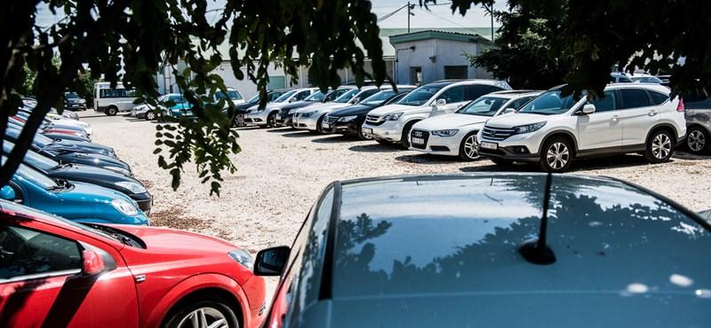 A parkolóplacc-biznisz, ami jól fial, de papíron bukás