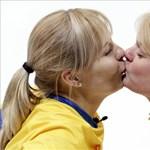 A nap képe: svéd olimpiai bajnoknők csókja