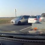Megint egy autós, akinek nem számít a záróvonal, ha siet – videó