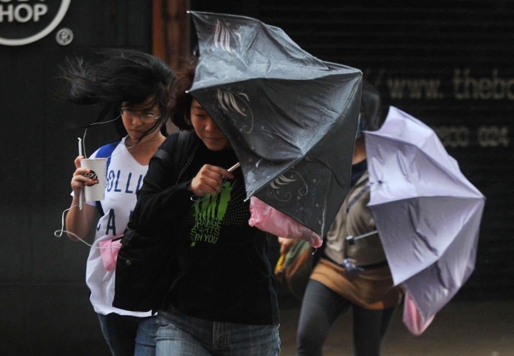 afp. szél, szeles, időjárás, nagyítás - gyalogosok, esernyő, Taipei, Tajvan 2013.10.06.