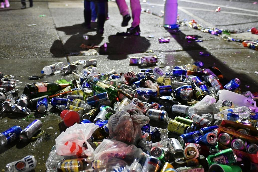 epa.18.02.04. - Minneapolis, USA: Betört kirakat és szeméttel borított utca az 52. alkalommal megrendezett Super Bowl döntője után 2018. február 4-jén. - amerikaifutball, amerikai foci, nfl