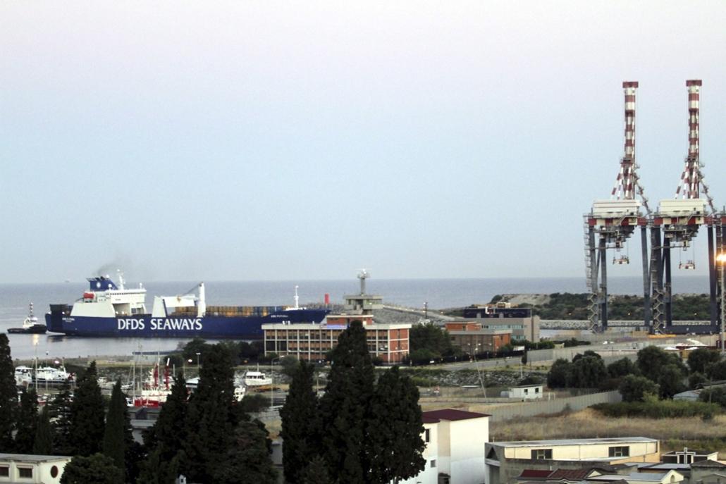 AP_! - 14.07.02. - Gioia Tauro, Olaszország: A dán Ark Futura teherszállító hajó fedélzetén a Szíriából érkezett, első, mintegy 1300 tonna vegyifegyver-szállítmánnya