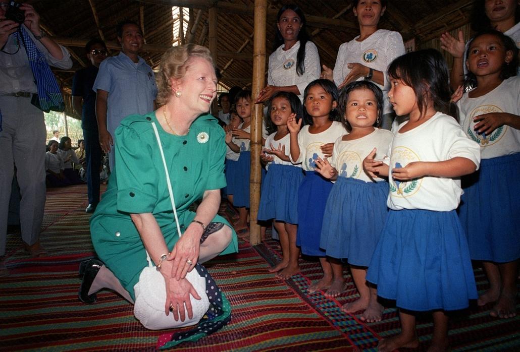 Surin tartomány, 1988. augusztus 7. - kambodzsai menekült gyermekekkel Thaiföld és Kambodzsa határán. Thatcher asszony e látogatása után 3.5 millió dollárt adományozott a helyi ellenállás vezetőjének, Norodom Sihanouk hercegnek. - Margaret Thatcher
