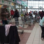 A boltokban nincs veszélyhelyzet, mégis sokan úgy vásárolnak, mintha nem lenne holnap