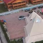 Alig 400 millió forintért hirdetnek egy piramisos-gombaházas termálfürdőt