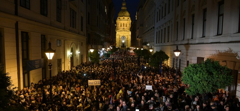 Több százan tüntettek tegnap a CEU mellett - nem ez lesz az utolsó