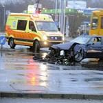 Fotók: Csúnyán megtörte egymást két autó az esős Üllői úton