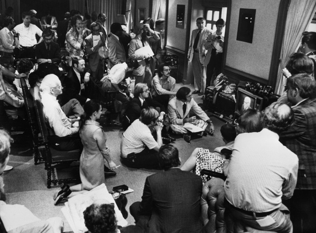 1974.08.08. - újságírók várakoznak a Fehér Ház sajtószobájában, mialatt Nixon bejelenti lemondását - Watergate - Nixonnagyitas