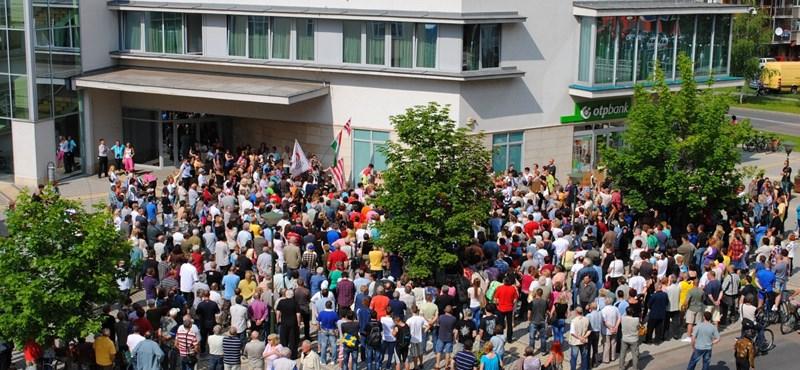 """""""Nem hagyjuk!"""" – A polgármester lemondását követelték a roma központ miatt"""