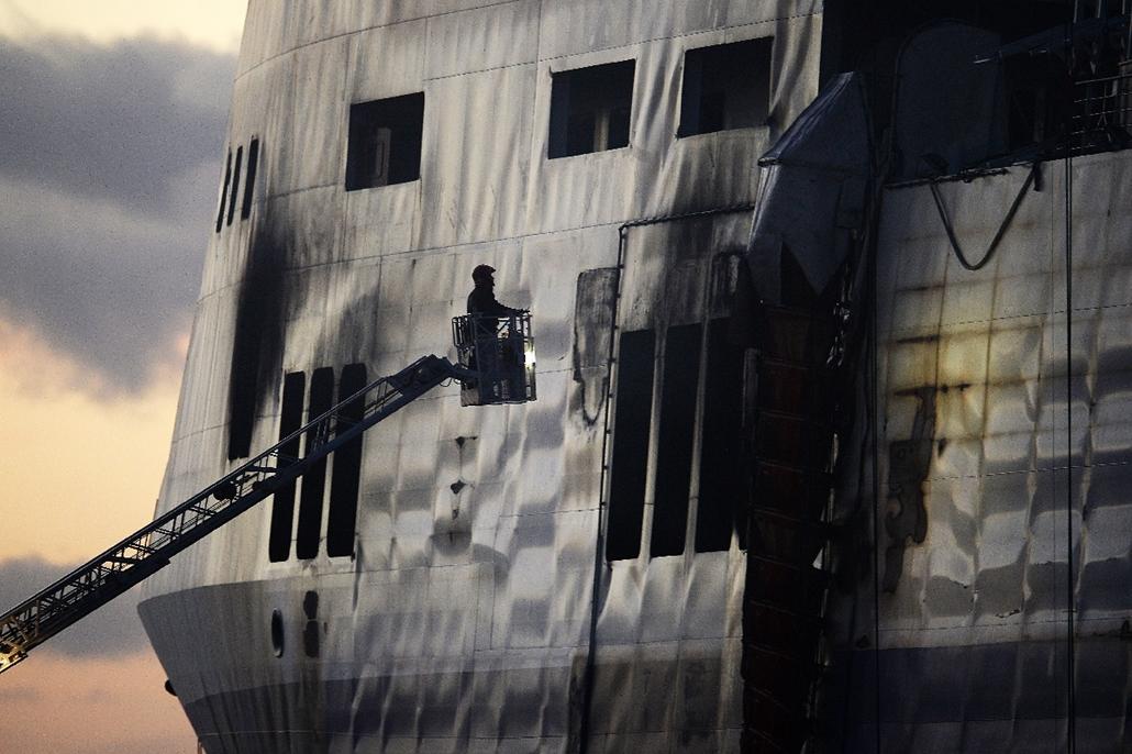 afp.15.01.02. - Brindisi, Olaszország: a kiégett Norman Atlantic olasz komphajó vizsgálata a kikötőben - komptűz, 7képei