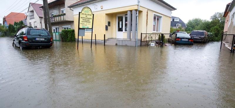 Utcán hömpölygő víz, megáradt patakok – elmosta az eső Nyugat-Magyarországot – fotók, videó