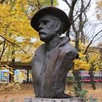 József Attila bronzkalapban, márványzakóban