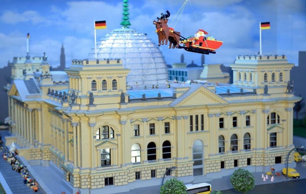 epa.14.12.03. - Berlin, Németország: A német parlament épületének, a Reichstagnak a legokockákból megépített mása a berlini Legoland Discovery központban - Reichstag, LEGO, 7képei