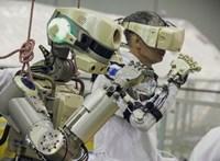 Egy android tart éppen a Nemzetközi Űrállomás felé