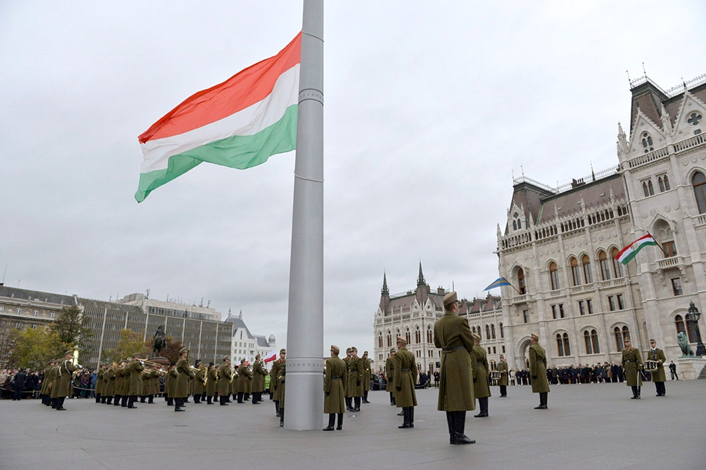 mti. 2014. október 23. - Nemzeti Ünnep - Budapest, Ünnepi zászlófelvonás az Országház előtti Kossuth Lajos téren az '56-os forradalom és szabadságharc emléknapján, 2014. október 23-án.